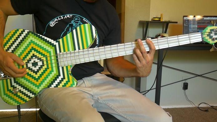 Músico cria baixo totalmente funcional com 2 mil peças de LEGO; veja