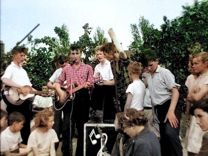 Perfil de John Lennon compartilha foto do dia em que músico conheceu Paul McCartney