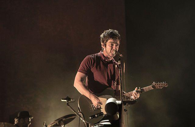 Coletânea de Noel Gallagher estreia no topo da parada britânica de álbuns