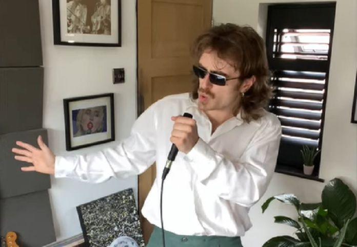 Hit de Dua Lipa vira música do Arctic Monkeys em vídeo incrível; confira