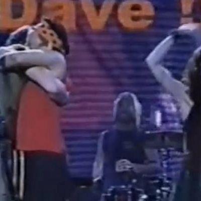 Há 20 anos, Cássia Eller 'invadia' show do Foo Fighters para abraçar Dave Grohl