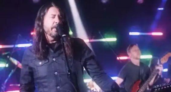 Foo Fighters caem na discoteca em cover de