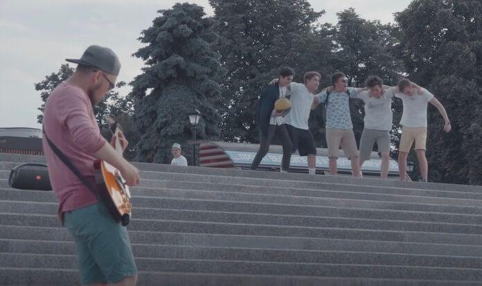 Metal em Público: músico de rua põe crianças e adultos pra dançar com covers na guitarra
