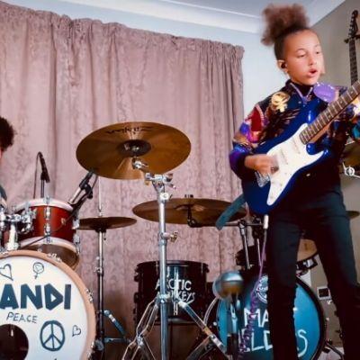 Nandi Bushell toca clássico do Arctic Monkeys com baterista da banda; assista